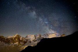 Le massif du mont-Blanc sous la voie lactée
