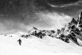 Skieur dans la tempête au col d'Argentière