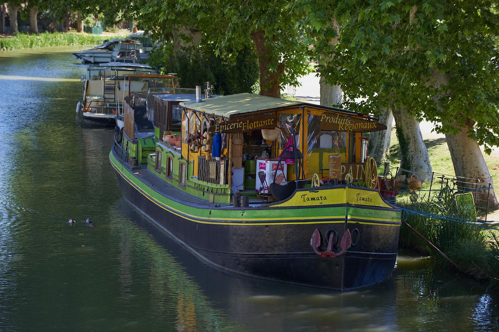 France, Languedoc-Roussillon, Aude (11), city of Le Somail, Canal du Midi, shop boat