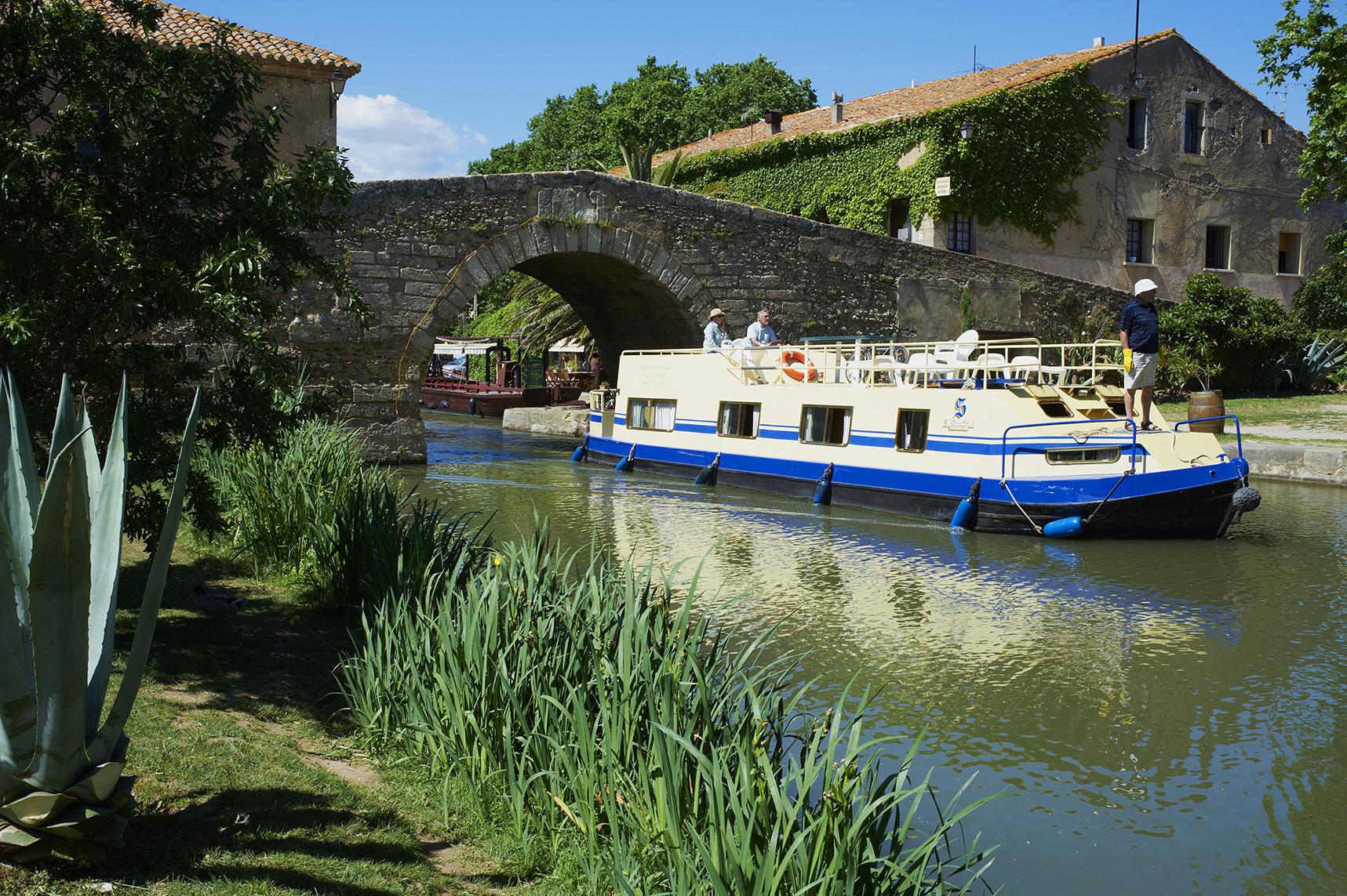 France, Languedoc-Roussillon, Aude (11), city of Le Somail, Canal du Midi, river harbour, Saint Marcel bridge