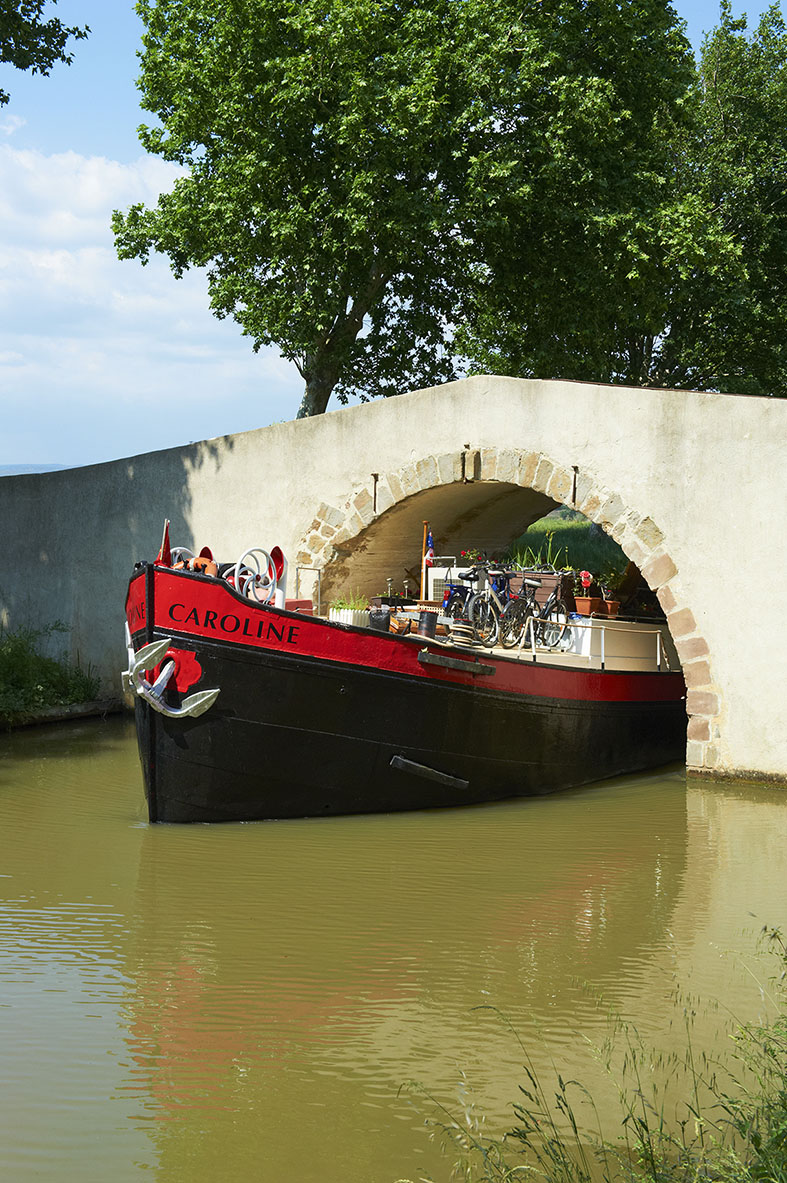 France, Languedoc-Roussillon, Aude (11), Canal du Midi between Carcassone and Beziers, barge hotel Caroline