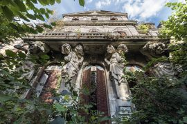 FRANCE - NORD Cariatides chateau abandonné