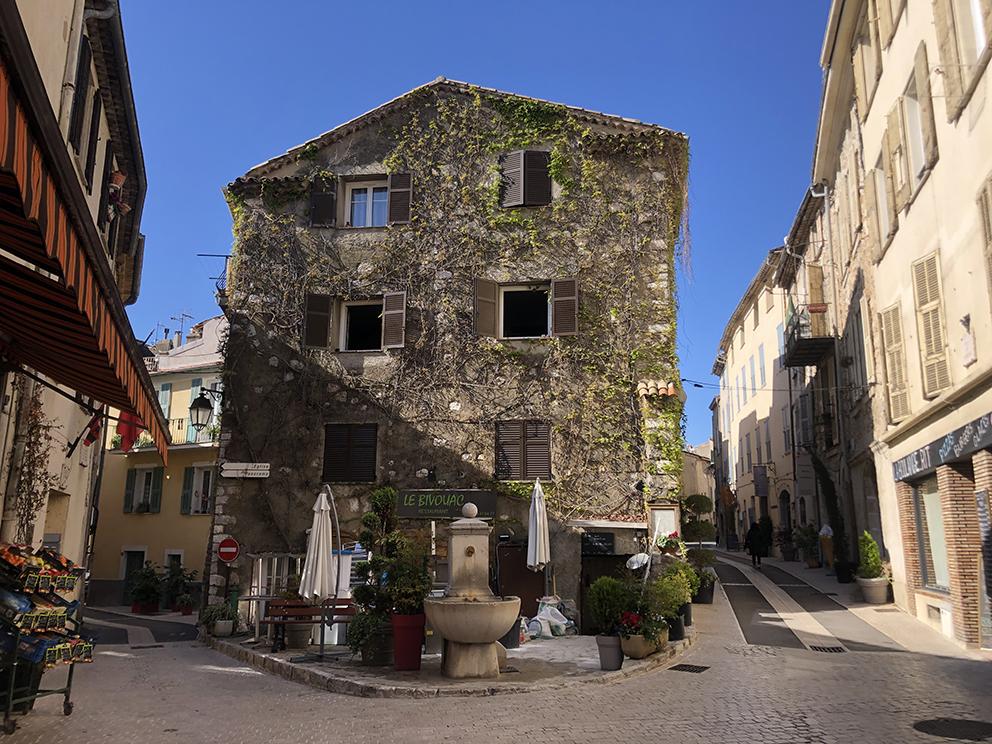 Il fait bon de flâner à Saint-Jeannet, charmant village perché, paradis des grimpeurs. Anne TABOUREL (9)