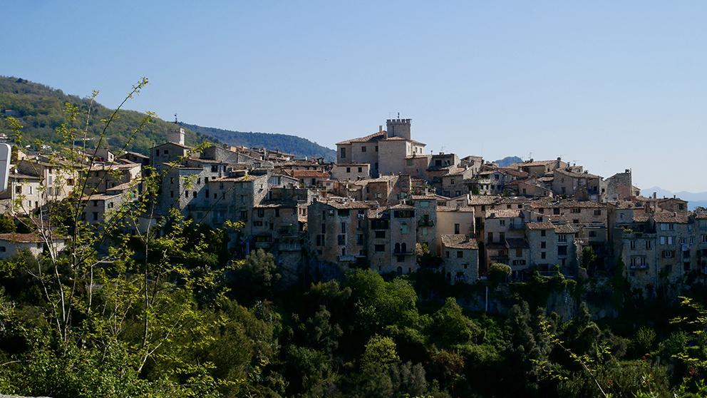 Le charmant village perché de Tourettes-sur-Loup est le point de départ de nombreuses actités sportives VTT, trail.... Sonia VERANI